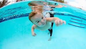 бебе плува