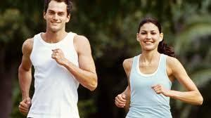 мъж и жена тичат